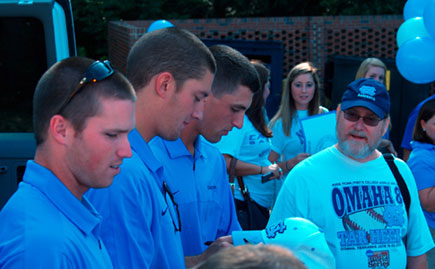 2013 Diamond Heels sign autographs at sendoff.