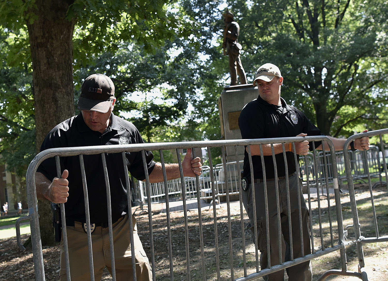 "Campus police erect a dual barricade around the ""Silent Sam"" Confederate memorial on Polk Place. (Photo by Grant Halverson '93)"